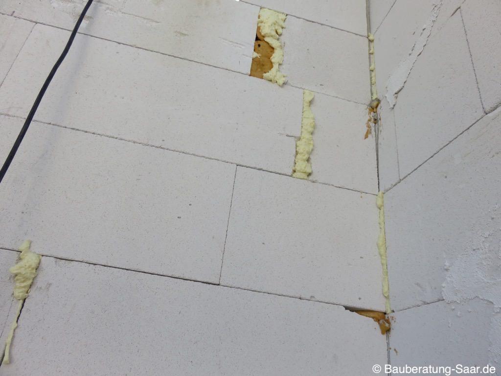 Mauerwerk mit Bauschaum